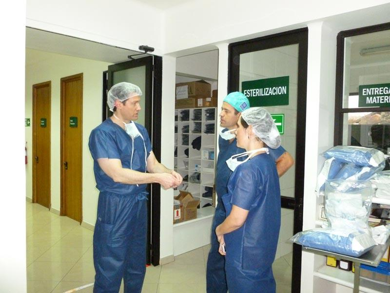 Dr. Aldave discussing surgery with Drs. Sebastian Perez and Andrea Cruzat